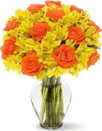 Fiori Arancioni E Gialli.Bouquet Con Rose Arancioni E Fiori Gialli